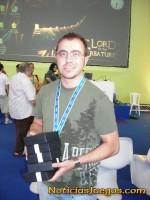 Rafael Laetiegui, de Péndulo Studios, con los premios de Runaway 2